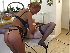 Madame et jeune fille going knuckle deep