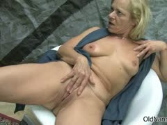 Old platinum-blonde girl/girl kneads her poon part3