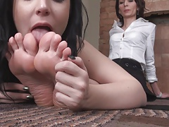 Worhsipping MILF feet