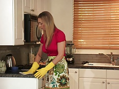 Super-sexy Mummy finger drills ash-blonde  honey in the kitchen